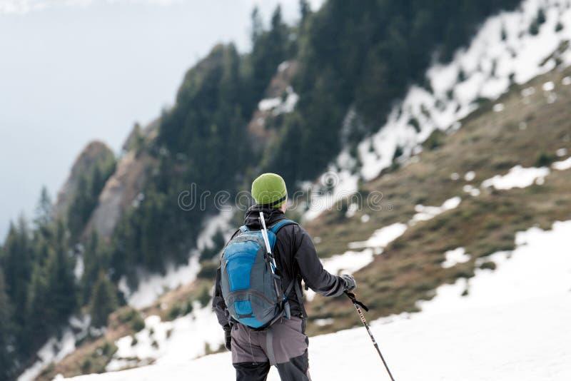 Reizigersmens in de bergen De reisconcept van de sportlevensstijl stock fotografie
