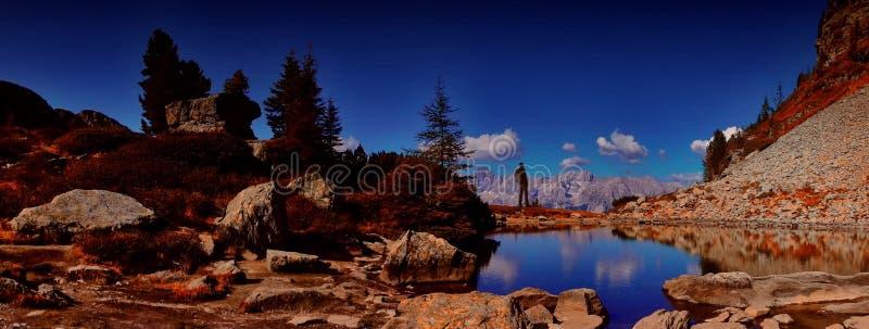 Reizigersmens die met rugzak van mooi weer in berg genieten stock afbeeldingen