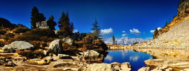Reizigersmens die met rugzak van mooi weer in berg genieten stock afbeelding