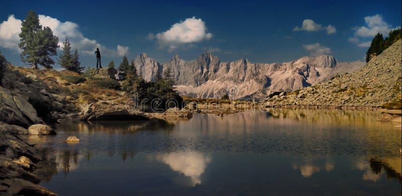 Reizigersmens die met rugzak van mooie mening in berg genieten royalty-vrije stock foto