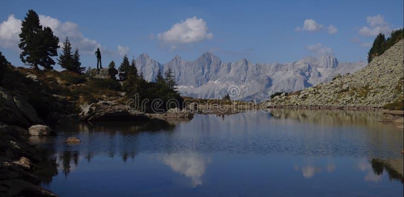 Reizigersmens die met rugzak van mooie mening in berg genieten stock afbeeldingen