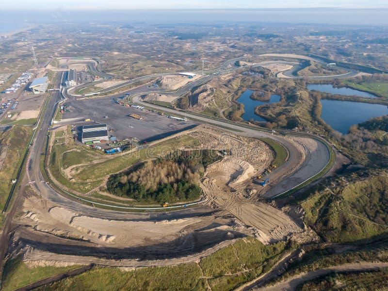 Reizigerspoor in de duinen met wegenonderhoudswerkzaamheden in Zandvoort, Nederland stock foto's