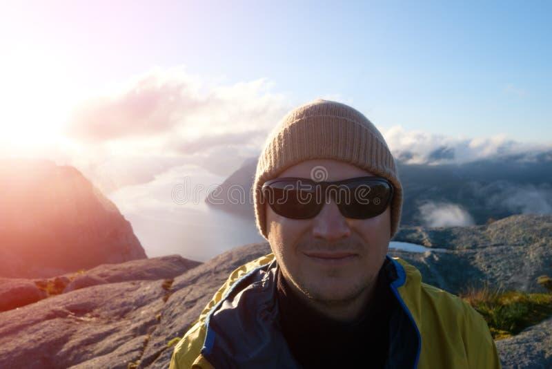 Reizigersportret op Lysefjorden-fjord royalty-vrije stock afbeeldingen