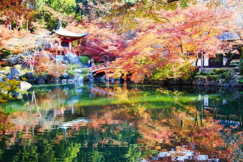 Reizigersreis naar de herfst bij daigojitempel, Kyoto, Japan stock afbeelding