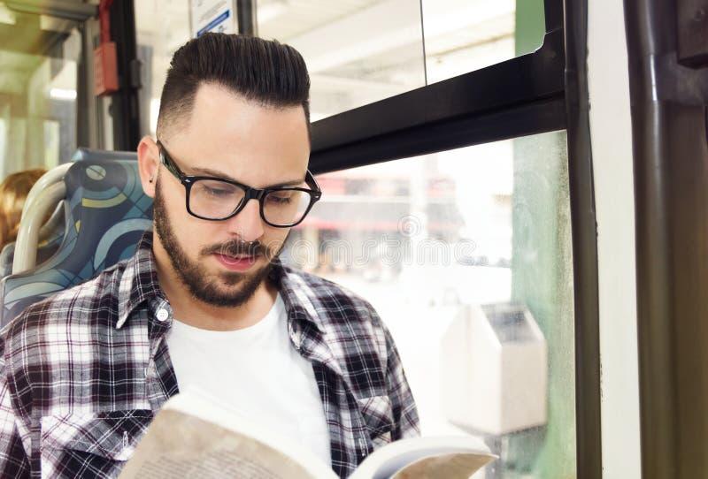 Reizigersstudent die terwijl het berijden van huis door openbare bus bestuderen Conce royalty-vrije stock foto's