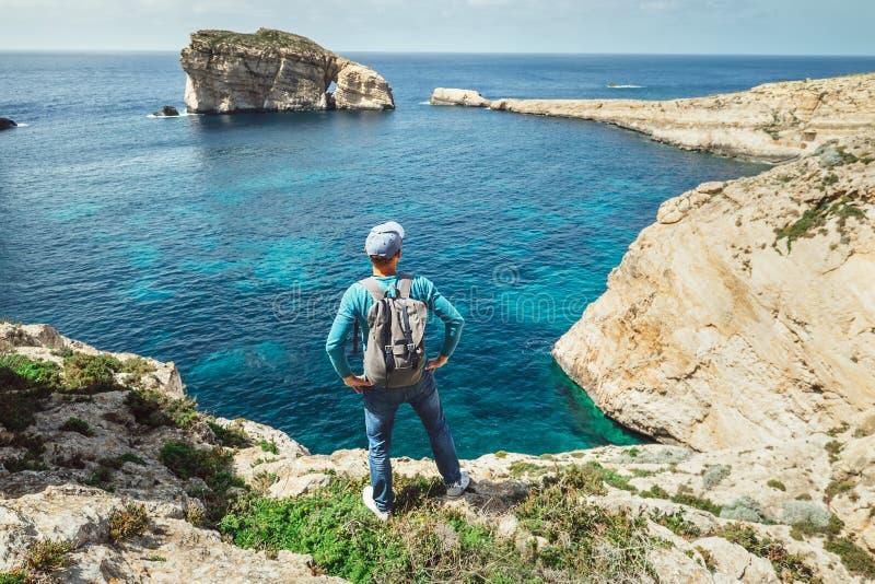 Reizigersverblijf op de rotsachtige rand van kust royalty-vrije stock afbeeldingen