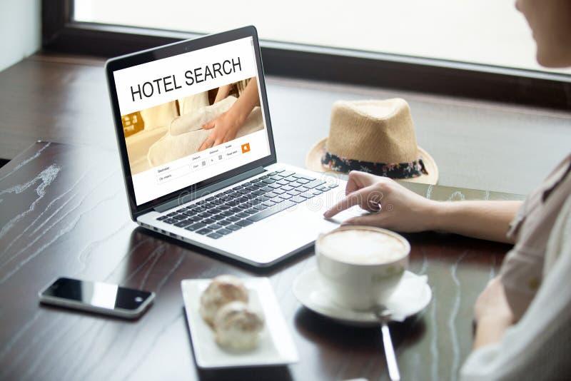 Reizigersvrouw die een hotel online kiezen stock fotografie