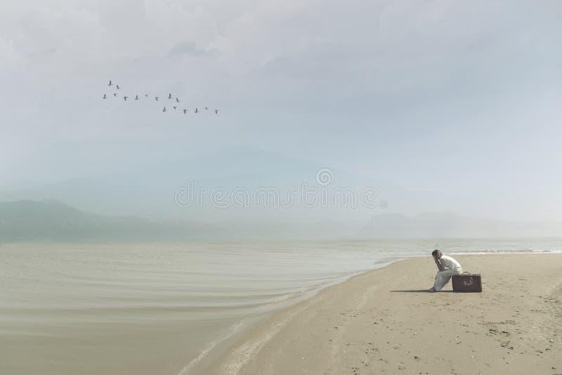 Reizigersvrouw die op het strand wachten stock afbeelding