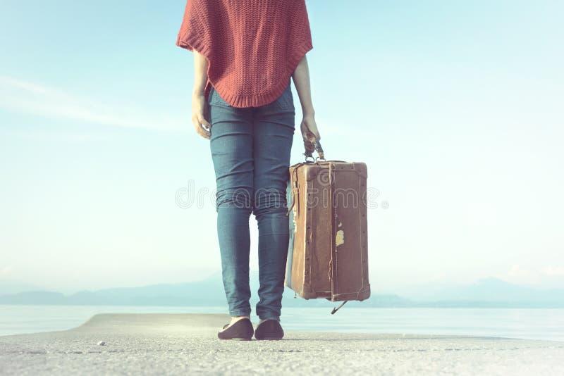 Reizigersvrouw klaar om voor haar reis weg te gaan stock foto's
