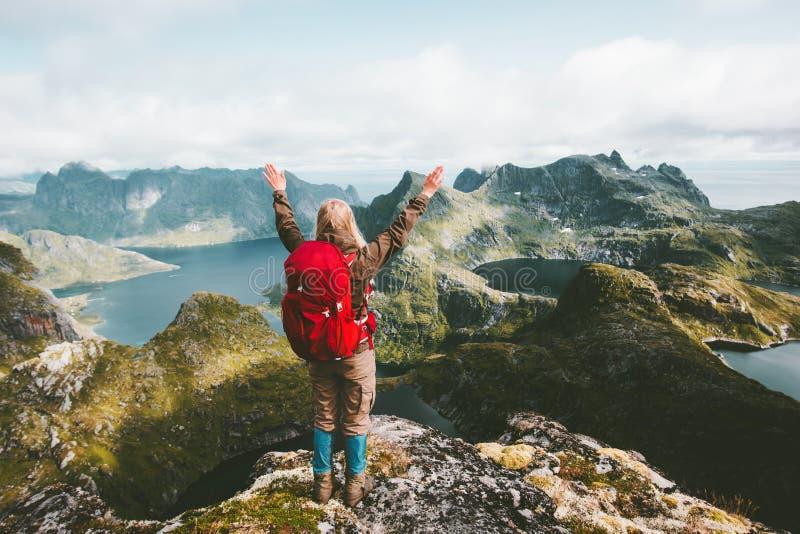 Reizigersvrouw opgeheven handen die bergen van Noorwegen ontdekken stock fotografie