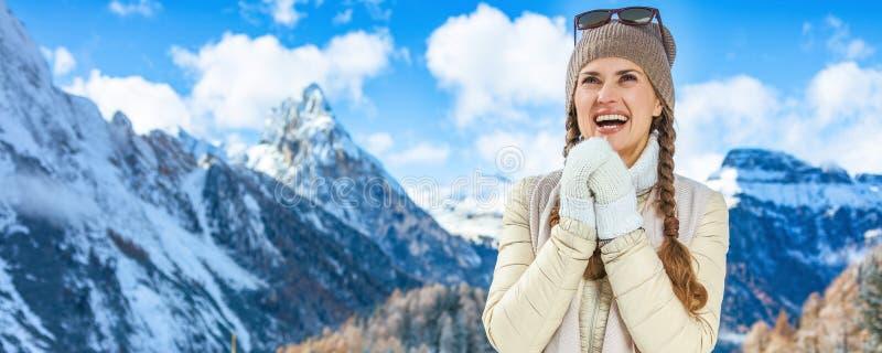 Reizigersvrouw in winter die in openlucht handen met adem de verwarmen royalty-vrije stock afbeeldingen