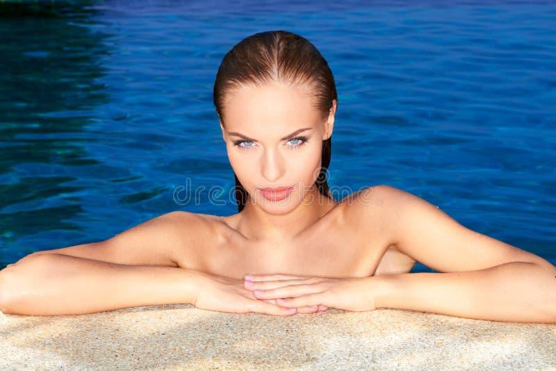 Reizvoll im Swimmingpool lizenzfreie stockbilder