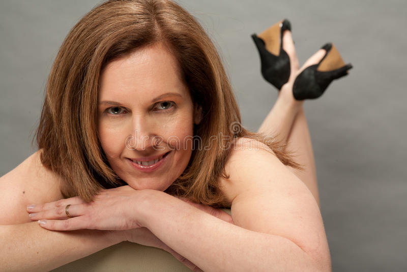 Reizvolle ältere Frau im Studio lizenzfreie stockfotos