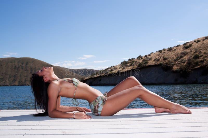 Reizvolle Afroamerikanerfrau im Bikini lizenzfreies stockfoto
