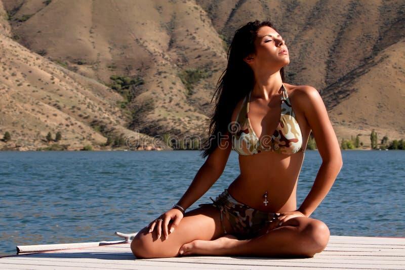 Reizvolle Afroamerikanerfrau im Bikini stockfoto
