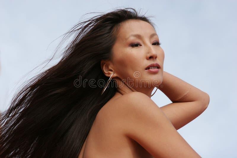 Reizvolle asiatische Frau mit dem langen Haar lizenzfreie stockbilder
