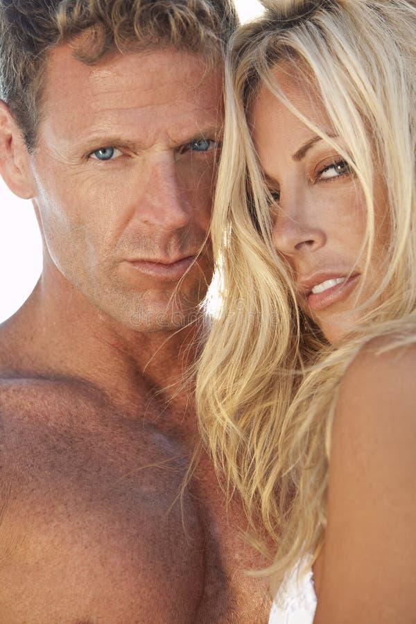 Reizvolle attraktive Mann-und Frauen-Paare am Strand stockfoto