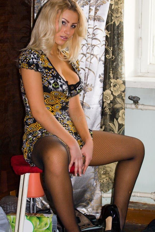 Reizvolle blonde behaarte Frau lizenzfreie stockfotografie