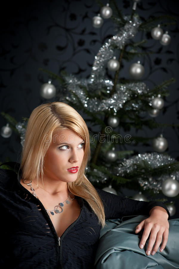 Reizvolle blonde Frau auf Weihnachten lizenzfreie stockfotos