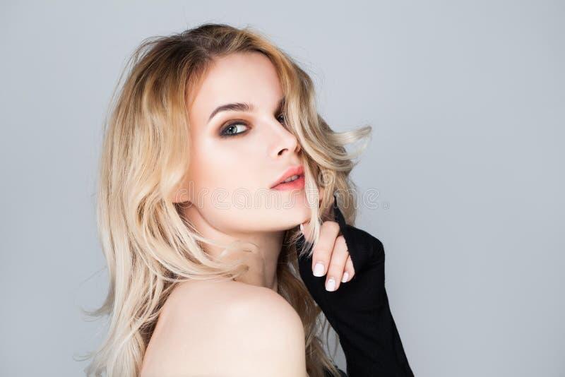 Reizvolle blonde Frau Weibliche Gesichtsnahaufnahme lizenzfreie stockbilder