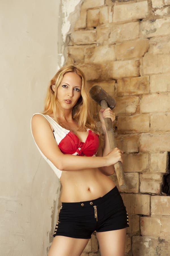 Reizvolle Blondine mit großem Hammer lizenzfreie stockfotografie