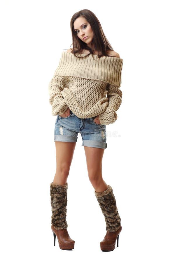 Reizvolle Brunettedame, die auf weißem Hintergrund aufwirft lizenzfreies stockfoto