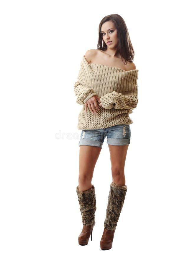 Reizvolle Brunettefrau, die auf weißem Hintergrund aufwirft stockbild