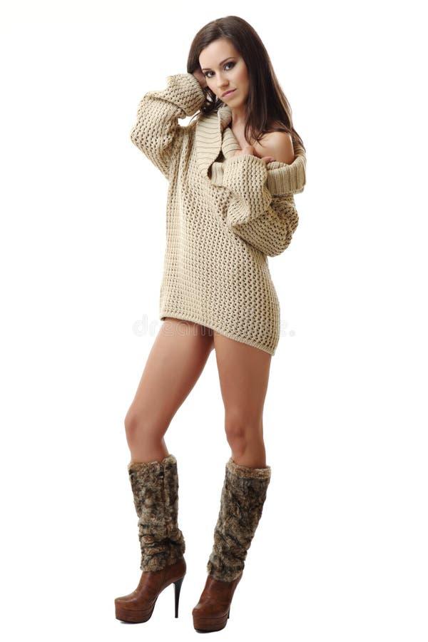 Reizvolle Brunettefrau, die auf weißem Hintergrund aufwirft stockfotos