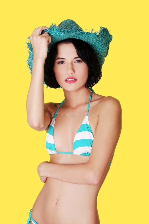 Download Reizvolle Brunettefrau, Die Im Bikini Aufwirft Stockfoto - Bild von kaukasisch, getrennt: 27729528