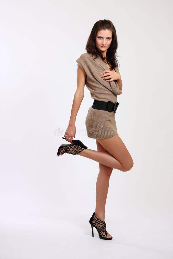 Reizvolle Brunettefrau im Studio stockfotos