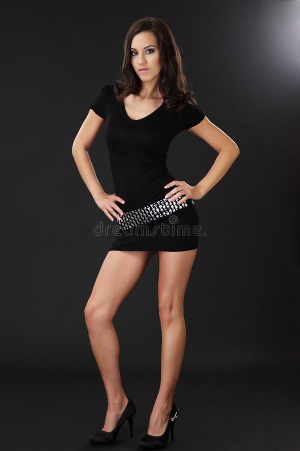 Reizvolle dünne Frauenaufstellung stockfoto