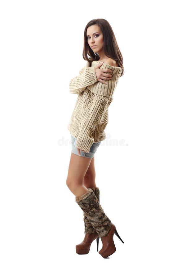 Reizvolle Dame, die auf weißem Hintergrund aufwirft lizenzfreie stockfotografie