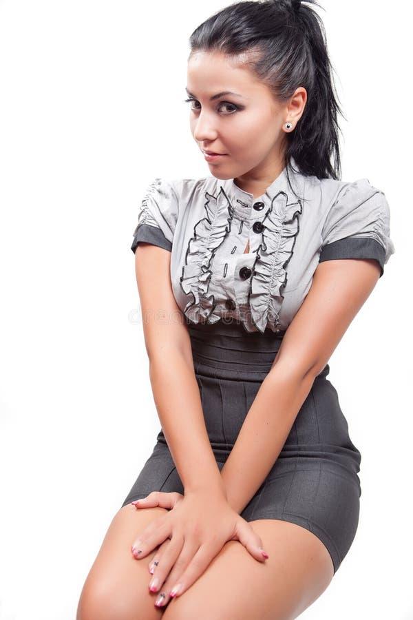 Reizvolle elegante junge Brunettefrau lizenzfreie stockfotos