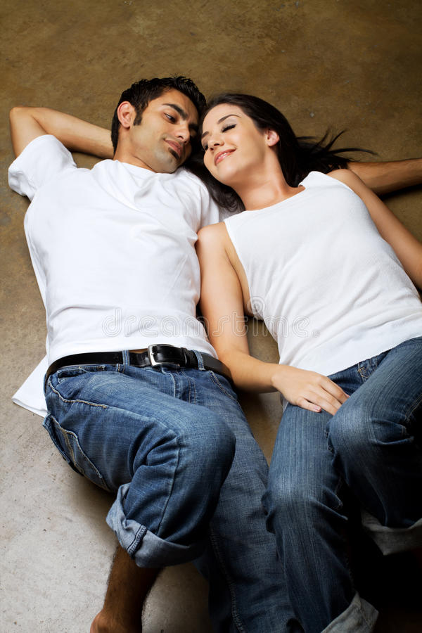 Reizvolle ethnische Paare in der Liebe lizenzfreie stockfotos