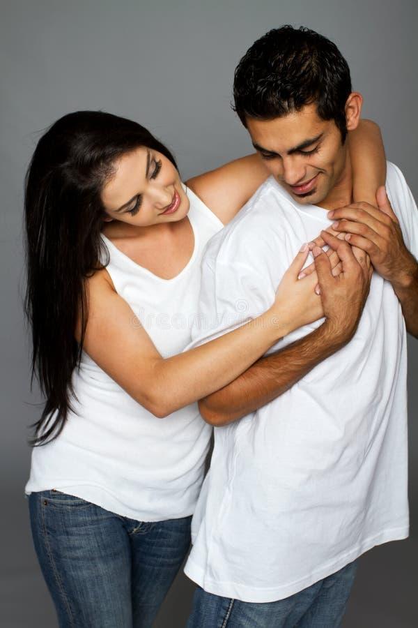 Reizvolle ethnische Paare in der Liebe stockfotografie