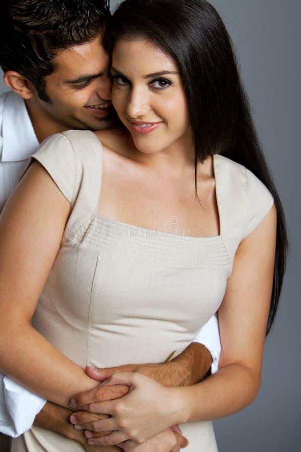 Reizvolle ethnische Paare in der Liebe stockfoto