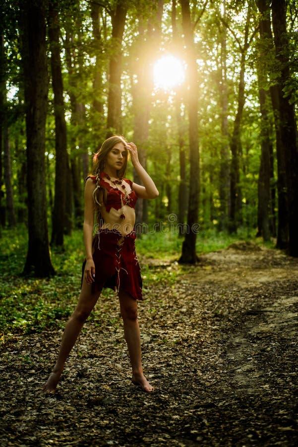 Reizvolle Fahrwerkbeine Amazonas-Frau Reizvolle Hexe Pumafrau wilde Frau im Waldsexy Mädchen in der ledernen Velourslederkleidung stockbild