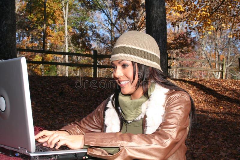 Reizvolle Frau auf Fallart und weise draußen lizenzfreie stockbilder