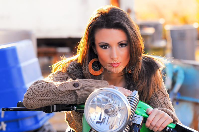 reizvolle Frau auf Motorrad stockfotos