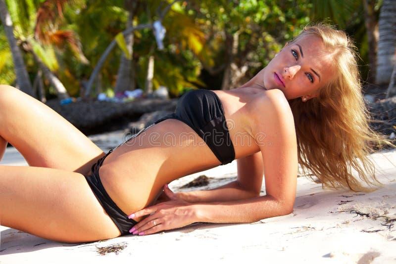 Reizvolle Frau auf Sand stockbild