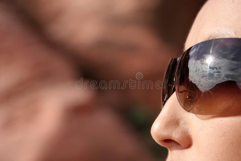 Reizvolle Frau in den modernen Sonnenbrillen stockfoto