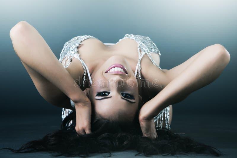 Reizvolle Frau der jungen herrlichen Frau im silbernen Bikini lizenzfreies stockbild