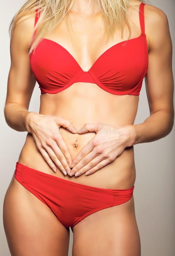 Reizvolle Frau in der roten Unterwäsche stockbilder