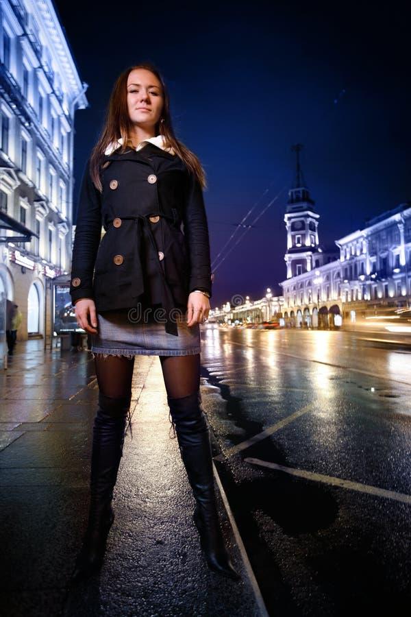 Reizvolle Frau in der Stadt lizenzfreies stockbild