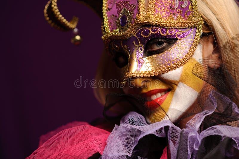 Reizvolle Frau in der violetten Partyschablone lizenzfreies stockbild