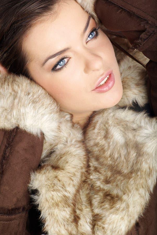 Reizvolle Frau, die braunen Pelz trägt stockbild