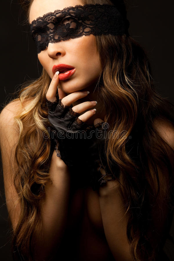 Reizvolle Frau, die durch schwarze openwork Spitze schaut lizenzfreies stockfoto