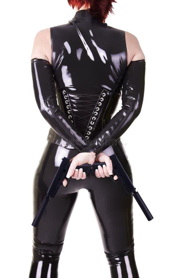 Reizvolle Frau, die 2 Gewehren anhält lizenzfreies stockfoto