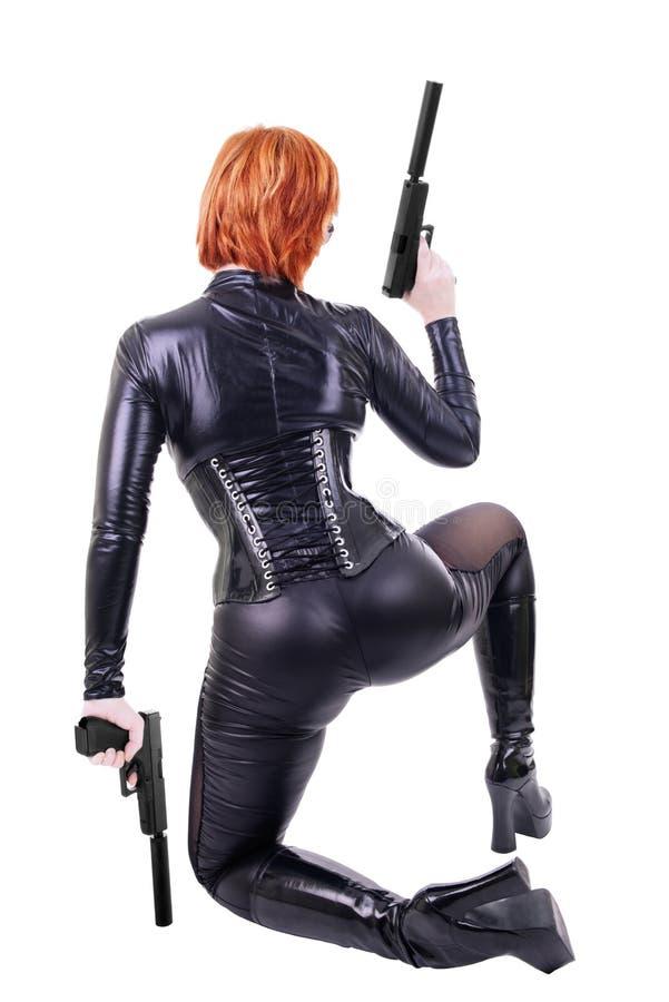 Reizvolle Frau, die 2 Gewehren anhält lizenzfreie stockbilder