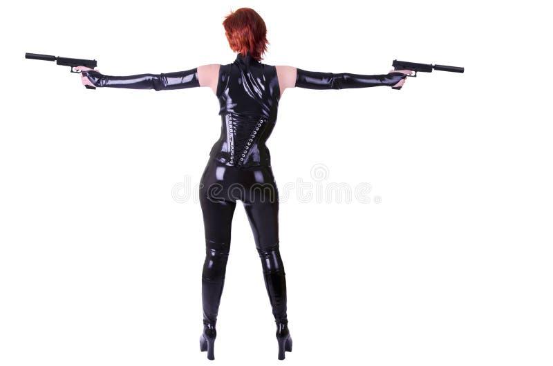 Reizvolle Frau, die 2 Gewehren anhält lizenzfreies stockbild